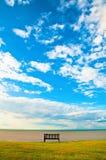 Ensam bänk på havet Royaltyfri Fotografi