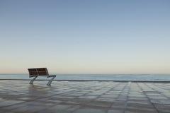 Ensam bänk vid havet Arkivbild