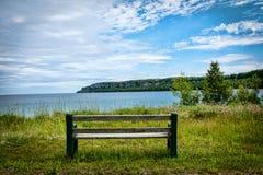 Ensam bänk vid sjön Royaltyfri Bild