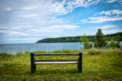 Ensam bänk vid sjön Royaltyfria Bilder