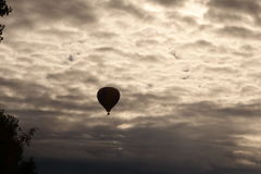 Ensam ballong för varm luft arkivbild