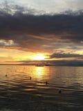 Ensam Banca fiskebåt på solnedgången, Panglao ö, Bohol, Filippinerna Arkivbilder