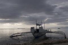 Ensam Banca fiskebåt på solnedgången, Panglao ö, Bohol, Filippinerna Royaltyfri Bild