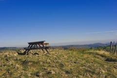 Ensam bank ovanför dalen Royaltyfri Foto
