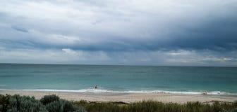 Ensam beachgoer Royaltyfri Bild
