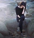 Ensam deprimerad tonårs- flicka med huvudvärk Arkivfoto