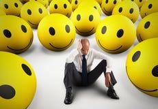 Ensam desperat affärsman i mitt av lyckliga smileys framförande 3d Royaltyfri Bild