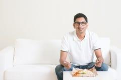 Ensam enkel man som hemma äter mat royaltyfri fotografi