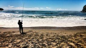 Ensam fiskare som metar Stång Royaltyfri Bild