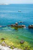 Ensam fiskebåt på den bulgariska Black Sea kusten Royaltyfri Fotografi