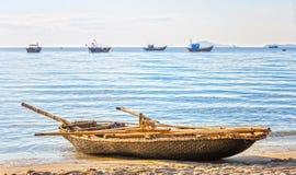 Ensam fiskebåt som är beachside i morgonen Royaltyfri Foto