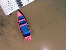 Ensam fiskebåt som svävar på en landningetapp Royaltyfri Foto