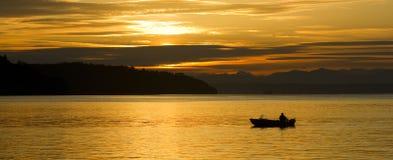 Ensam fjärd Puget Sound W för fiskareSmall Boat Sunrise avslutning royaltyfria bilder