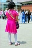 Ensam flicka framme av skolan royaltyfria foton