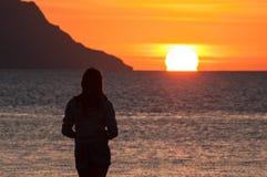 Ensam flicka på havsbakgrund fotografering för bildbyråer