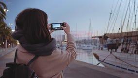 Ensam flicka på port i otta lager videofilmer