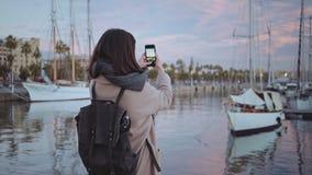 Ensam flicka på port i otta arkivfilmer