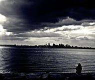 Ensam flicka på skymning Arkivfoton