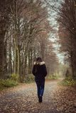 Ensam flicka som går ner en bana i nedgång fotografering för bildbyråer