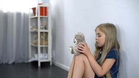 Ensam flicka som spelar med den favorit- leksaken för nallebjörn, barnarrest, dagis royaltyfria foton