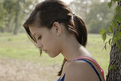 Ensam flicka som tänker i en parkera royaltyfri bild