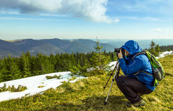 Ensam fotograf i berg Arkivbild
