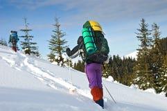 Ensam fotvandrare i vinterberg Fotografering för Bildbyråer
