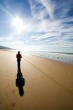 ensam gå kvinna Fotografering för Bildbyråer