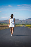 ensam gå kvinna Royaltyfria Bilder