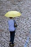 Ensam gångare under paraplyet i Mala Strana Royaltyfri Bild