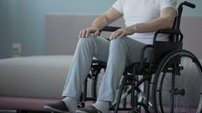 Ensam gamal man med handikapp som SAD ut ser fönstret som sitter i rullstol arkivfilmer