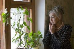 Ensam gamling gammal SAD kvinna Mycket gammal härlig kvinna Arkivfoto
