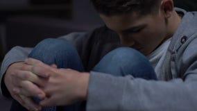 Ensam grabb som bara sitter i hans rum, ångest av den riktade inåt personen, fördjupning stock video