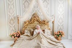 Ensam hög drottning som vilar i sovrum Royaltyfria Bilder