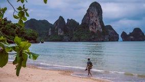 Ensam handelsresande på den Railay stranden i Krabi Thailand askfat Royaltyfri Bild