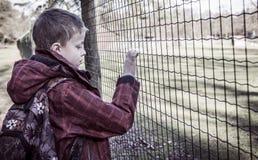Ensam hunsad pojke Fotografering för Bildbyråer