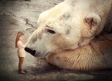Ensam isbjörn med vännen för litet barn Arkivbild