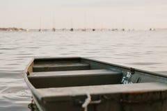 Ensam isolerad roddbåt på den fridsamma lugna vattenhavfjärden royaltyfri fotografi