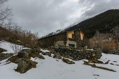 Ensam kabin i snön royaltyfria foton