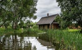 Ensam kabin vid sjön arkivbild