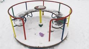 Ensam karusell för barn` s i vinter Fotografering för Bildbyråer