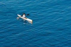 Ensam Kayaker på det Stillahavs- Royaltyfri Fotografi