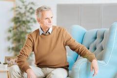 Ensam klok gentleman som funderar över hans minnen Royaltyfria Bilder