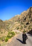 Ensam kvinna på en bergväg royaltyfria foton