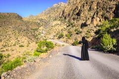 Ensam kvinna på en bergväg arkivfoto