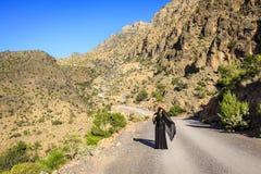 Ensam kvinna på en bergväg royaltyfri fotografi