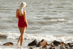 Ensam kvinna på havet Royaltyfri Fotografi