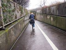 Ensam kvinnlig cyklist i en stads- gångtunnel Arkivbilder