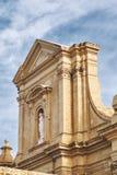 Ensam kyrklig guld--hight vägg med monumentet royaltyfria bilder