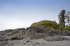 ensam lång man för strandklippor Royaltyfria Bilder